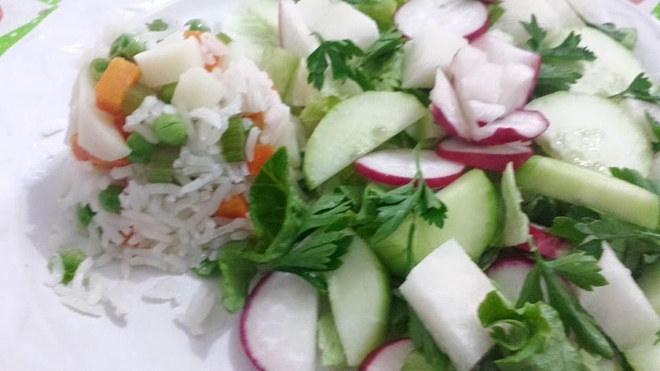 Arroz blanco y ensalada verde