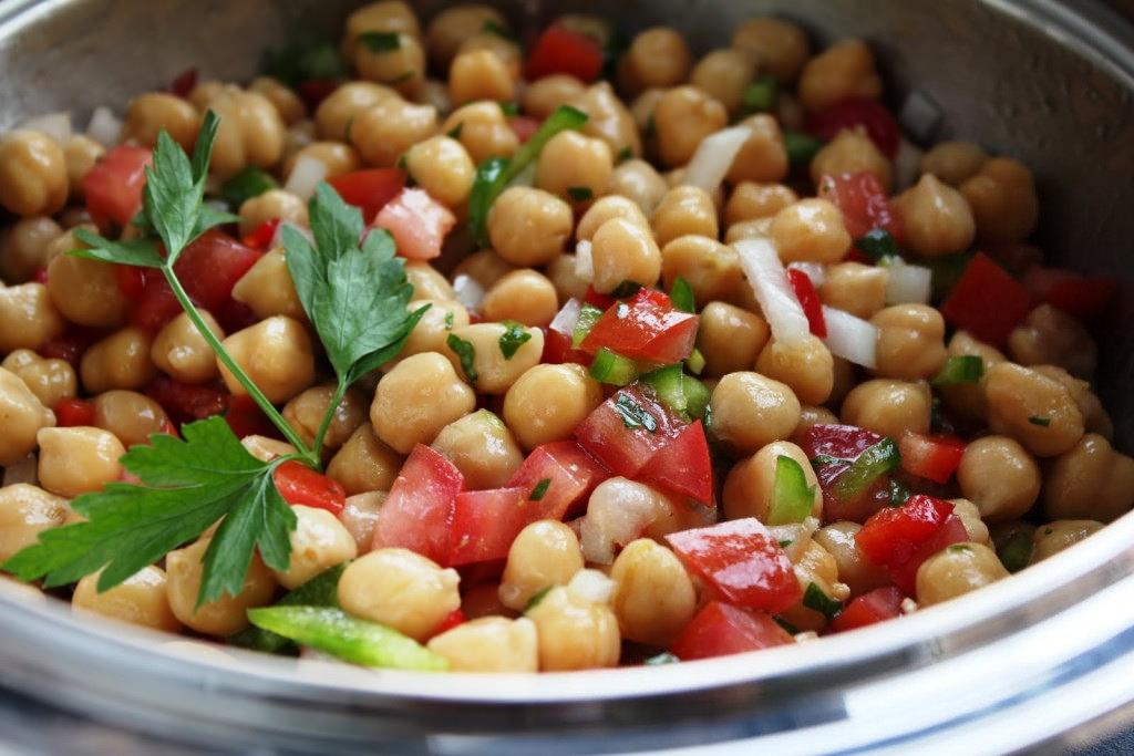 Ensalada nutritiva de tomate y garbanzo