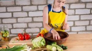 Desinfectar frutas y verduras.